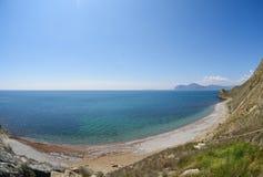 Морская вода Pebble Beach, кристально ясная стоковое изображение rf