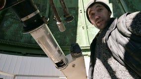 Наблюдатель инженера конца-вверх a профессиональный солнечного коронографа на солнечной обсерватории работает с телескопом сток-видео