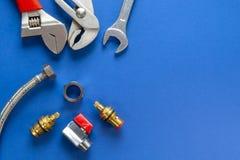 Набор инструментов для паять, изолированных на голубой предпосылке стоковое изображение