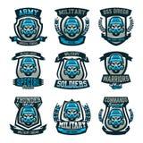 Набор покрашенных эмблем, логотипов, черепа в военном шлеме и маски противогаза Военные действия, конфликт, война, солдат иллюстрация штока