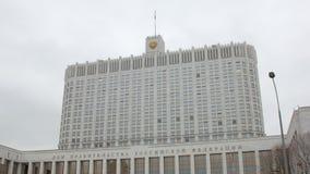 Наклон вверх по взгляду на здании Белого Дома России против облачного неба в осени сток-видео