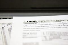 Налоговые формы на ноутбуке стоковое изображение
