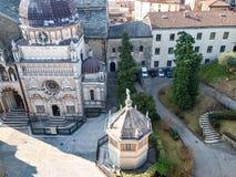 над взглядом Duomo аркады в Бергаме стоковая фотография rf