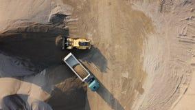 Надземный взгляд бульдозера в под открытым небом карьере акции видеоматериалы