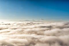 над облаками с в расстоянием вулкан popocatepetl, Мексика стоковое фото