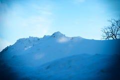 Насыпи снега после циклона снега Ландшафт зимы гор стоковое изображение