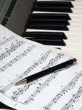 Натюрморт на музыкальную тему. Still-l. Натюрморт из клавишного инструмента, нотной записи и авторучки.rnStill-life from the keyboard tool, a musical notation and a pen Stock Images