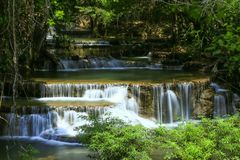 Национальный парк Kanchanaburi Khuean Srinagarindra водопада Huai Mae Khamin, Таиланд стоковые фото