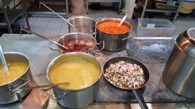 На лотках плиты супа сток-видео