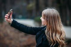 На открытом воздухе портрет женщины романтичного, довольно элегантного дела длинн-с волосами, наслаждаясь прогулкой через город с стоковые фотографии rf