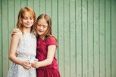 На открытом воздухе портрет 2 прелестных маленьких девочек стоковые фотографии rf