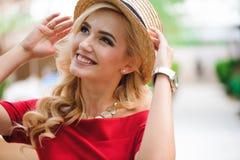 На открытом воздухе портрет образа жизни стильной девушки смеясь и усмехаясь стоковое изображение rf