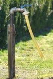 На открытом воздухе faucet в саде стоковое фото rf