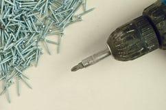 Небольшие винты утюга и тонизированное отверткой изображение стоковые изображения rf