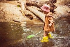 Небольшие задвижки рыбы и лягушки ребенка в реке стоковая фотография rf