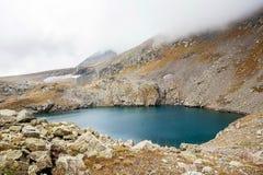 Небольшое озеро, даже в зиме, температура воды + 30 градусов Долина гейзеров над взглядом стоковые изображения