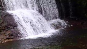Небольшой водопад 2 уровней и рек видеоматериал