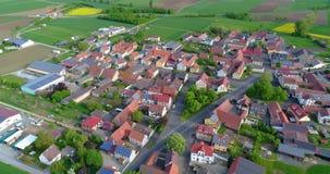 Небольшой европейский город с большое количество панелей солнечных батарей на крышах домов, европейская архитектура, европейская акции видеоматериалы