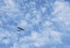 Небольшой самолет в облачном небе стоковое фото rf