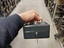 Небольшой серый сейф за наличные и ювелирные изделия стоковые фотографии rf