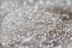 Небольшой сугроб белого снега с льдом и со светом bokeh на запачканной предпосылке в зиме стоковое изображение rf