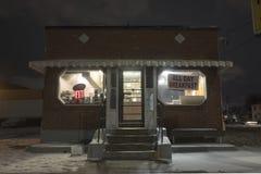 Небольшой фронт магазина обедающего в вечере в зиме стоковое фото rf