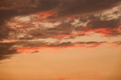 Небо красоты красочное драматическое с облаком на заходе солнца стоковое изображение rf
