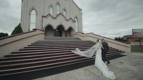 Невеста идет к церков с ее отцом вверх акции видеоматериалы