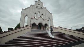 Невеста идет к церков с ее отцом вверх видеоматериал