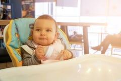 Немногое питьевая вода младенца от бутылки внутри помещения стоковая фотография rf