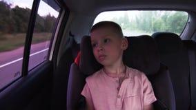 Немногое раздражало уставшего мальчика сидит в месте задних особенных детей сток-видео