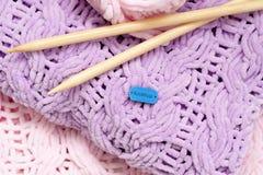 Немного ярких покрашенных покрывала или одеял вязать игл Комфорт, домашнее тепло Селективный фокус стоковые фотографии rf