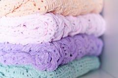 Немного ярких покрашенных покрывала или одеял вязать игл Комфорт, домашнее тепло Селективный фокус стоковое фото