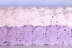 Немного ярких покрашенных покрывала или одеял вязать игл Комфорт, домашнее тепло Селективный фокус стоковое изображение
