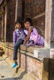 Непалец мальчик и девушка с Tikas на лбах, Катманду, Непалом стоковые изображения rf