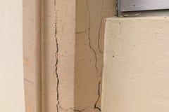 Неполноценный треснутый штендер здания может представить угрозу безопасности стоковые изображения rf