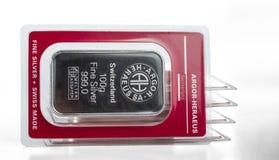 Несколько чеканенных серебряных баров веся 100 граммов в прозрачном пакете волдыря произведенном швейцарской ложью Argor-Heraeus  стоковые изображения