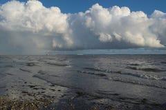 Низкие облака кумулюса над морем стоковое изображение