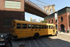 Нью-Йорк, США - 25-ое мая 2018: Желтый школьный автобус на Dumbo в Бруклине стоковые фотографии rf
