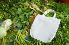 Нул отходов использует более менее пластиковую концепцию/свежие овощи органические и сумки хлопко-бумажной ткани eco стоковое изображение