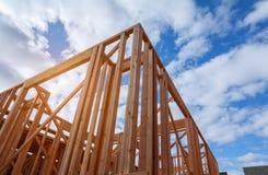 Новое строительство дома конструкции луча обрамило землю вверх стоковые изображения rf