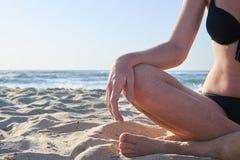 Ноги красивой женщины на предпосылке пляжа стоковая фотография