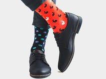 Ноги людей, ультрамодные ботинки и яркие носки стоковое изображение