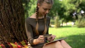 Номер девочка-подростка входя в кредитной карточки родителей для того чтобы оплатить билеты, резервирование стоковое изображение