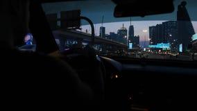 Ночь Дубай, взгляд от автомобиля который управляет через главную магистраль города акции видеоматериалы