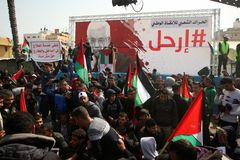 Палестинцы требуя палестинскому президенту Махмуду Аббасу к понижение стоковое изображение