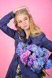 Пальто носки фотомодели девушки на сезон весны и осени Тенденция моды пальто канавы Модное пальто Иметь стоковые изображения rf