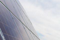 Панели фотоэлемента фотовольтайческие на заводе производства энергии с голубым облачным небом на заднем плане стоковая фотография