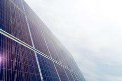 Панели фотоэлемента фотовольтайческие на заводе производства энергии с голубым облачным небом на заднем плане стоковое фото rf