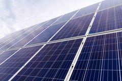 Панели фотоэлемента фотовольтайческие на заводе производства энергии с голубым облачным небом на заднем плане стоковые фотографии rf